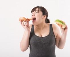夜中に食べる女性