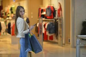 ショッピングで歩く女性